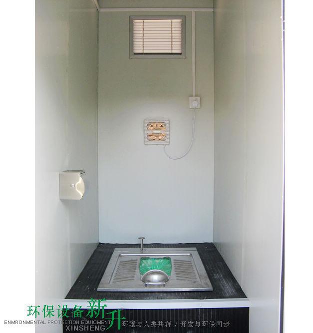 免水打包式生态环保移动厕所 一、产品介绍 免水打包型环保移动厕所适用于无水、无电、无排污水管道的地段。免水冲蹲式打包型环保厕具,有电动式、无电脚踏式、电动/ 脚踏一体式,座便式四种类型,厕具由外壳、机械装置、储便桶、包装袋等组成。外壳及内部机械均耐腐蚀、耐潮、耐酸碱、耐盐雾、防霉。如厕所者使用后,避免异味排出、交叉感染等。 二、产品工作原理 通过可降解薄膜制成的包装袋包装粪便,由机械装置牵引并封闭包装袋,使用厕所时如厕人员操作手动或脚踏开关即可将粪便打包在塑料袋内,储存在厕具下方的储便桶内,塑料袋用完会自